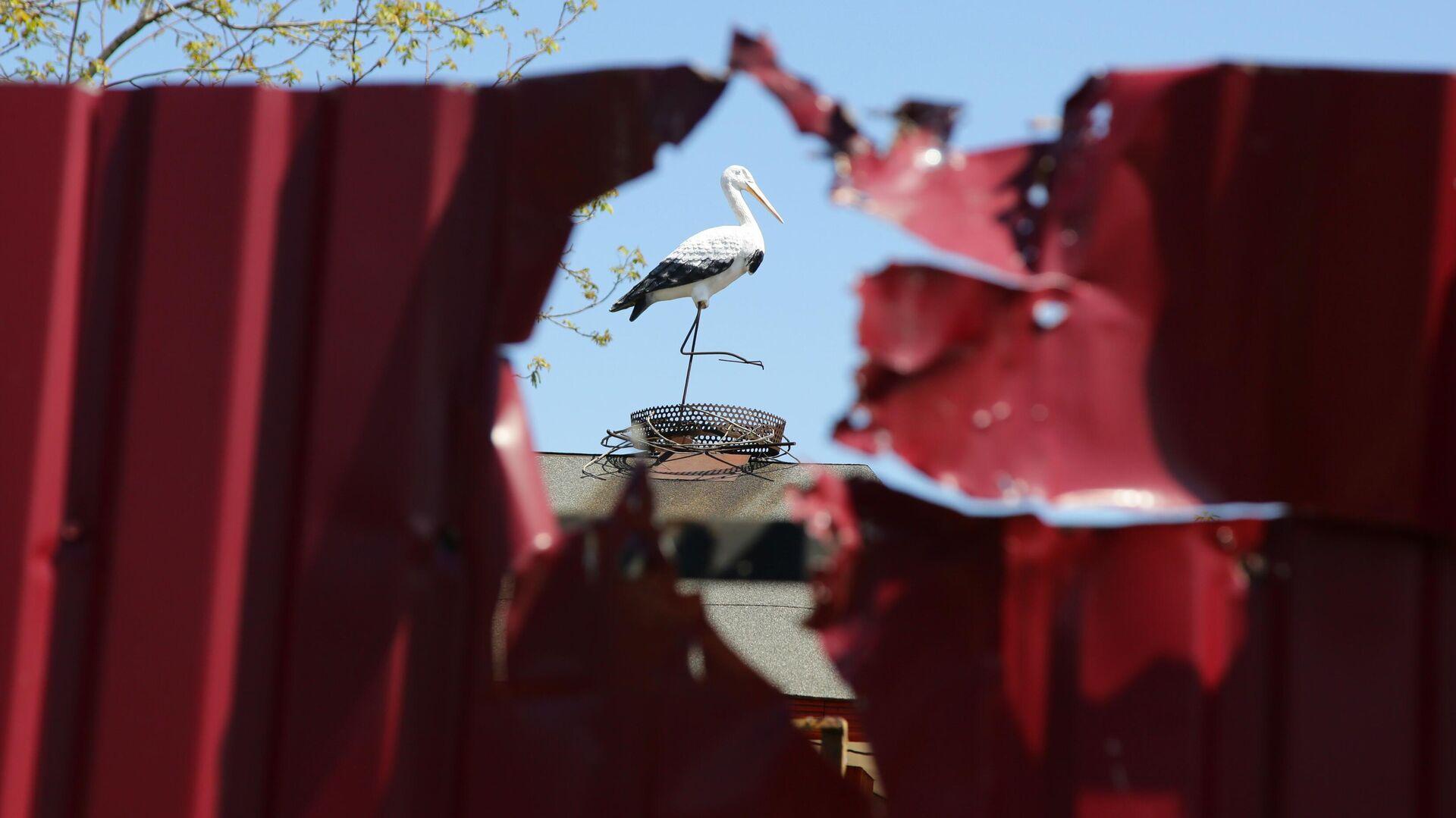Забор дома, поврежденный разрывом снаряда в результате утреннего обстрела в Петровском районе Донецка - РИА Новости, 1920, 03.06.2021