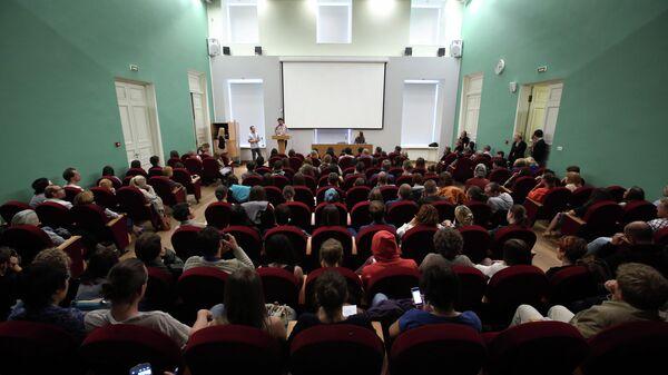 Слушатели в аудитории во время лекции