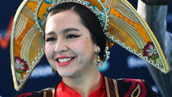 Певица Манижа на бирюзовой ковровой дорожке перед началом церемонии открытия 65-го международного конкурса песни Евровидение-2021 в круизном терминале Роттердама