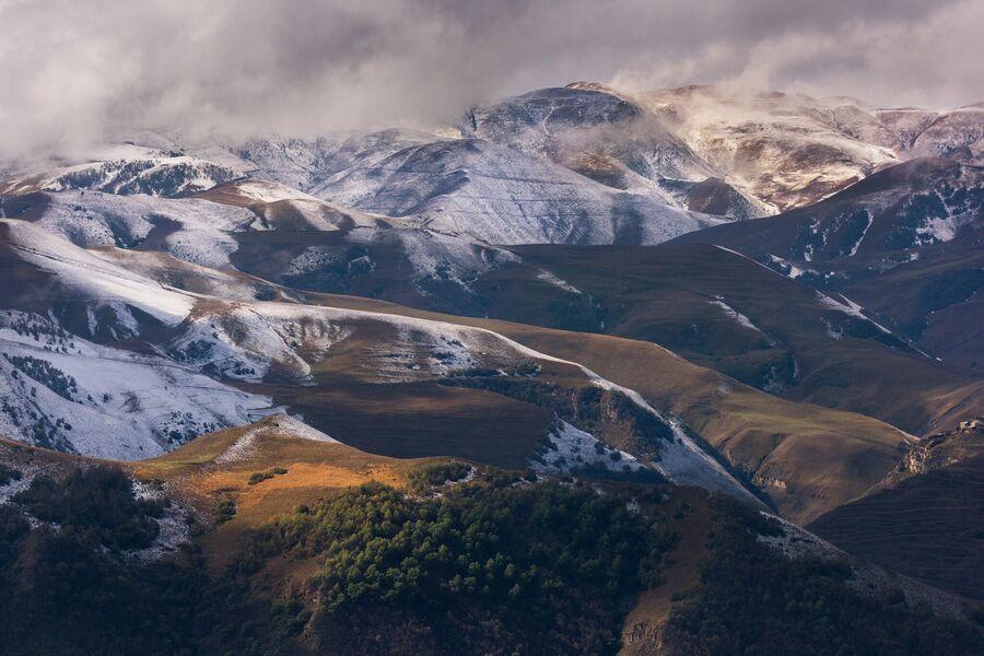Ранний снег в горах недалеко от села Кубачи