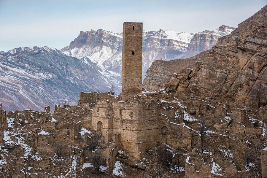 Смотровая башня и руины Джума-мечети в старой части села Кахиб