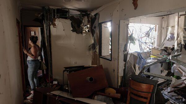 Последствия попадания ракеты, выпущенной из сектора Газа, в жилой дом в израильском Ашдоде