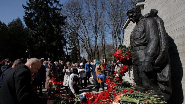 Возложение цветов к монументу Павшим во Второй мировой войне на Военном кладбище в Таллине. 2021 год