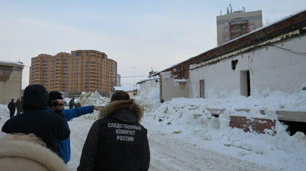 Обрушение крыши эксплуатируемой пристройки склада в новосибирском Академгородке зимой 2021 года