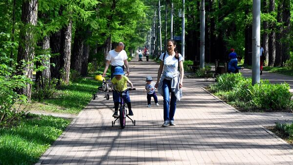 Отдыхающие в парке Сокольники в Москве