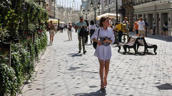 Люди идут по Никольской улице в Москве