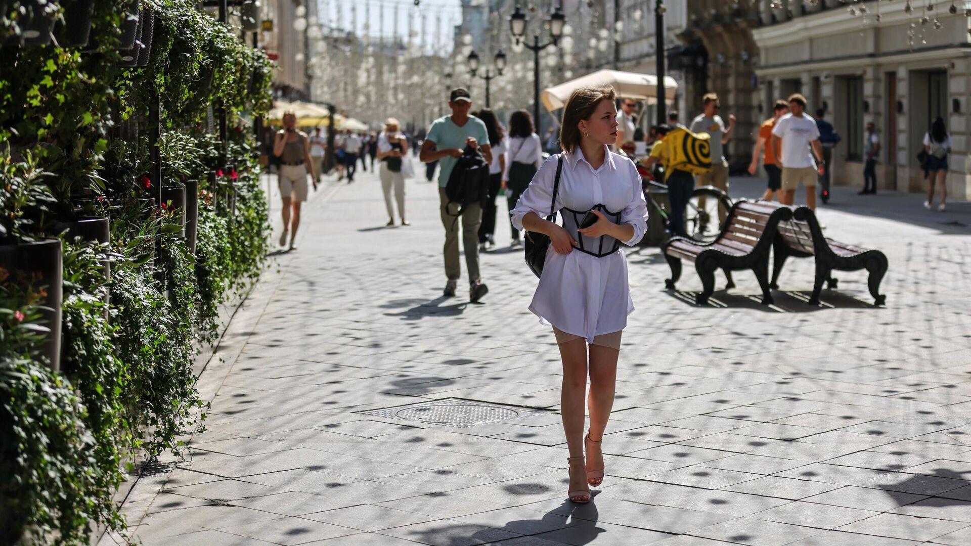 Люди идут по Никольской улице в Москве  - РИА Новости, 1920, 15.06.2021