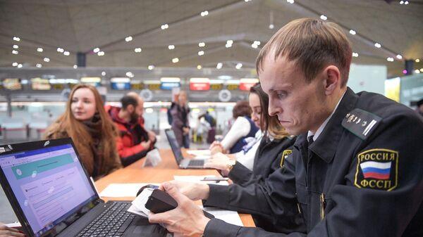 Сотрудник федеральной службы судебных приставов в аэропорту Пулково