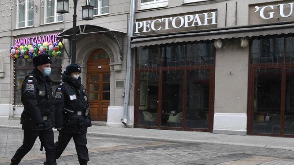 Сотрудники полиции  на улице Большая Дмитровка в Москве