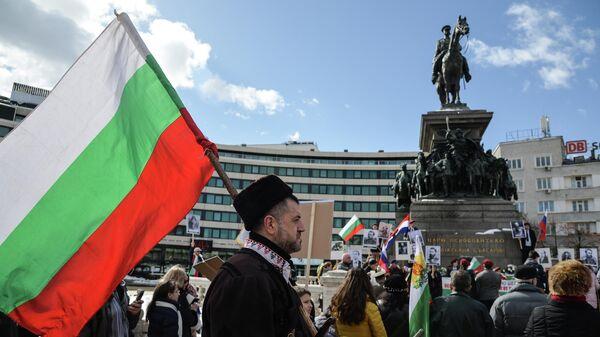 Участники мероприятий, посвящённых празднованию 140-летия освобождения Болгарии от османского ига, у памятника царю-освободителю Александру II в Софии