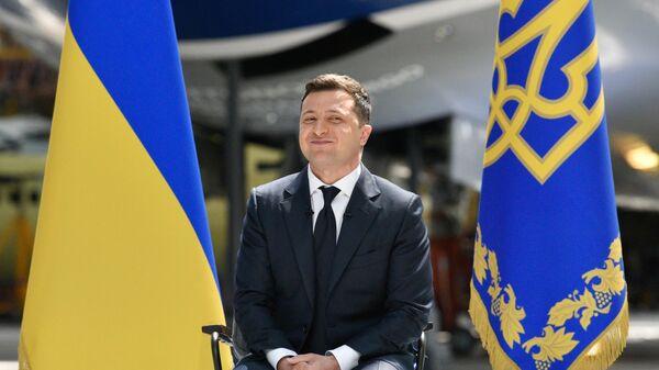 Президент Украины Владимир Зеленский во время пресс-конференции по итогам двух лет пребывания в должности главы государства на территории авиационного завода Антонов