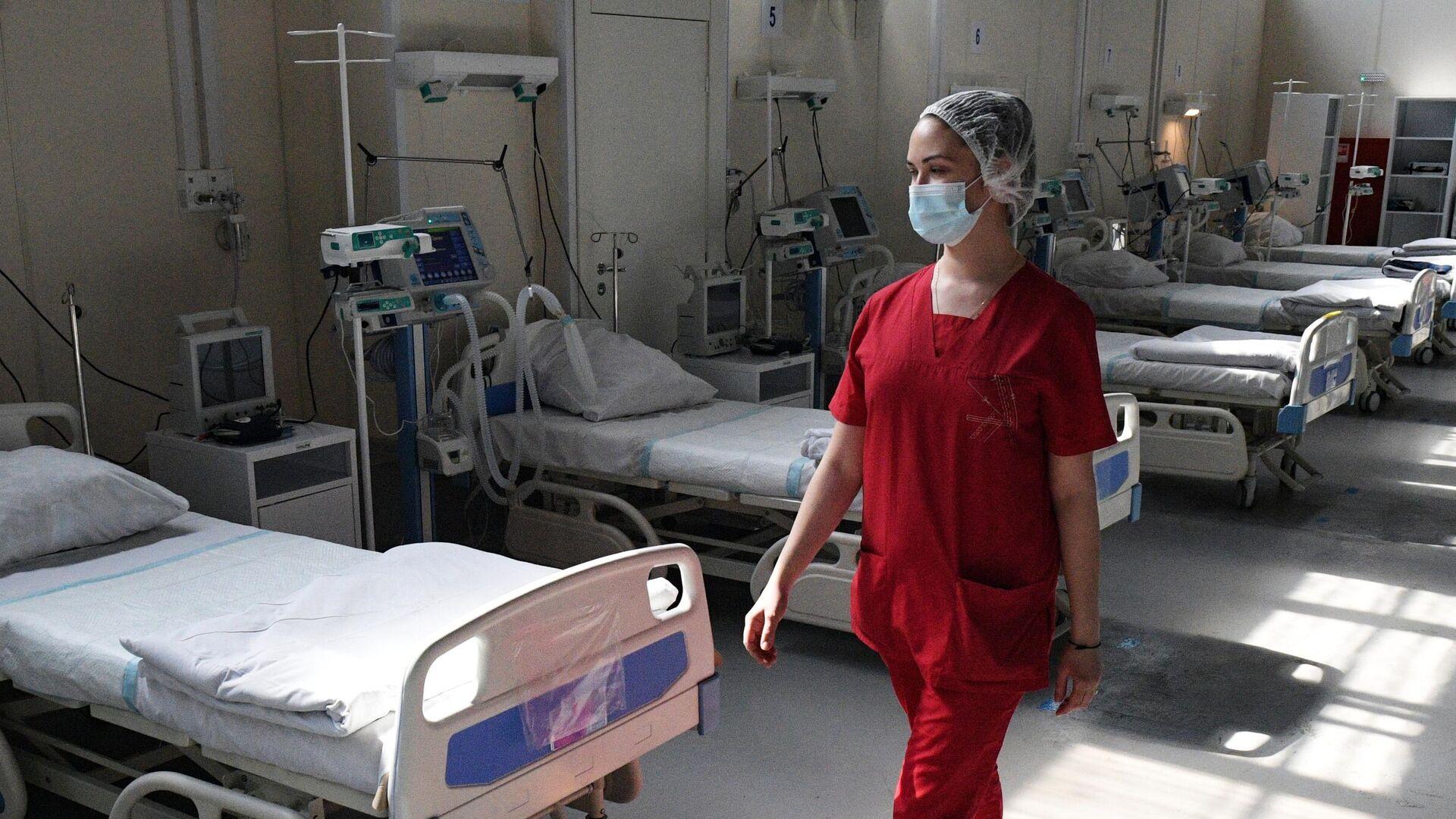 Медицинский работник в отделении реанимации и интенсивной терапии - РИА Новости, 1920, 05.06.2021