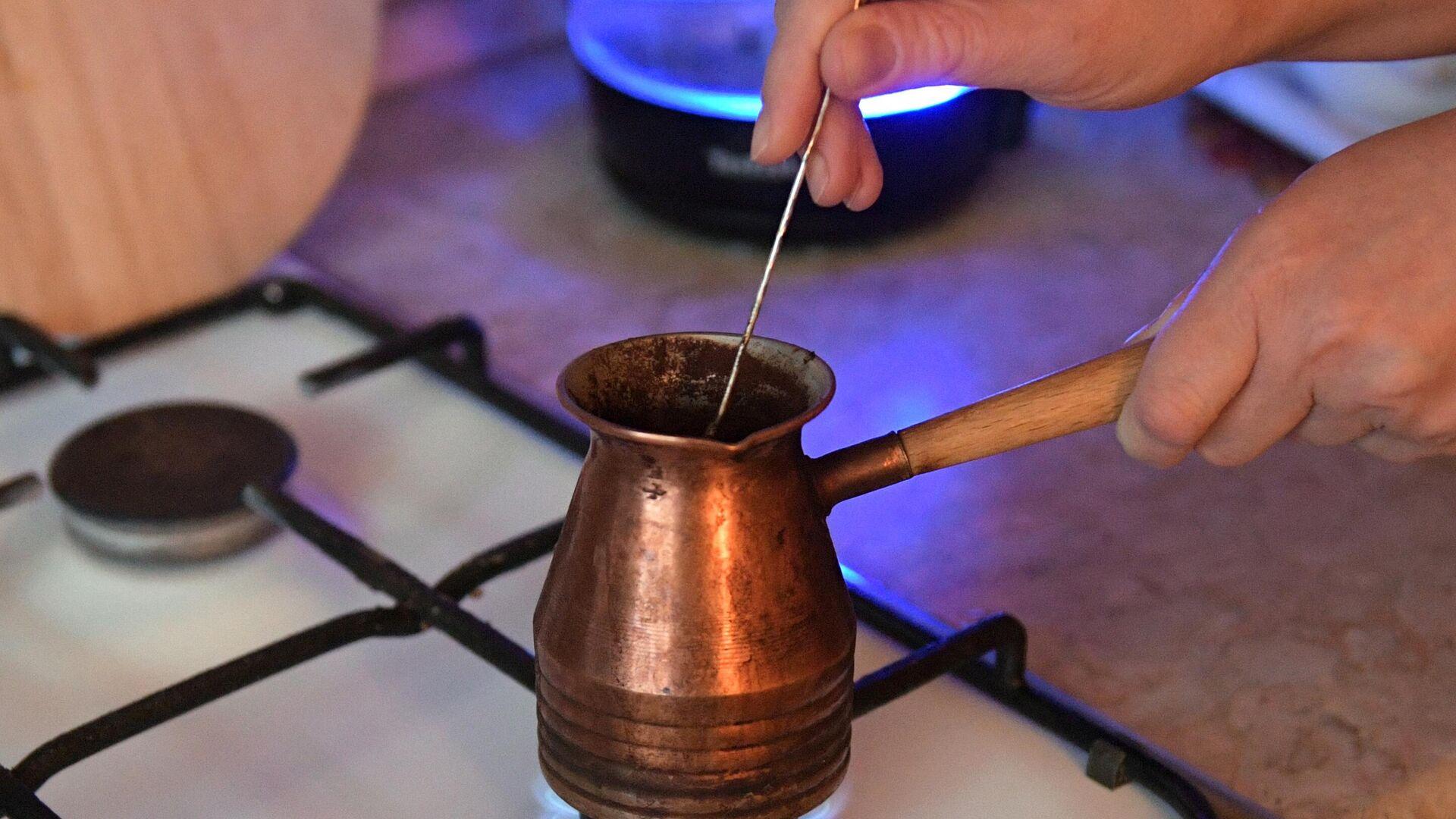 Приготовление кофе в турке на газовой плите - РИА Новости, 1920, 19.09.2021