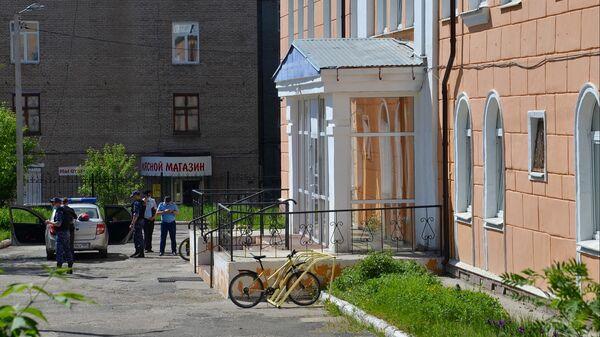 Сотрудники полиции возле лицея No1 в городе Березники, где ученик напал на учительницу