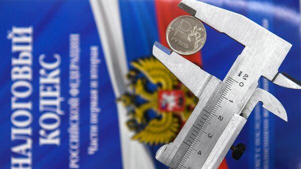 Штангенциркуль с монетой России и налоговый кодекс РФ