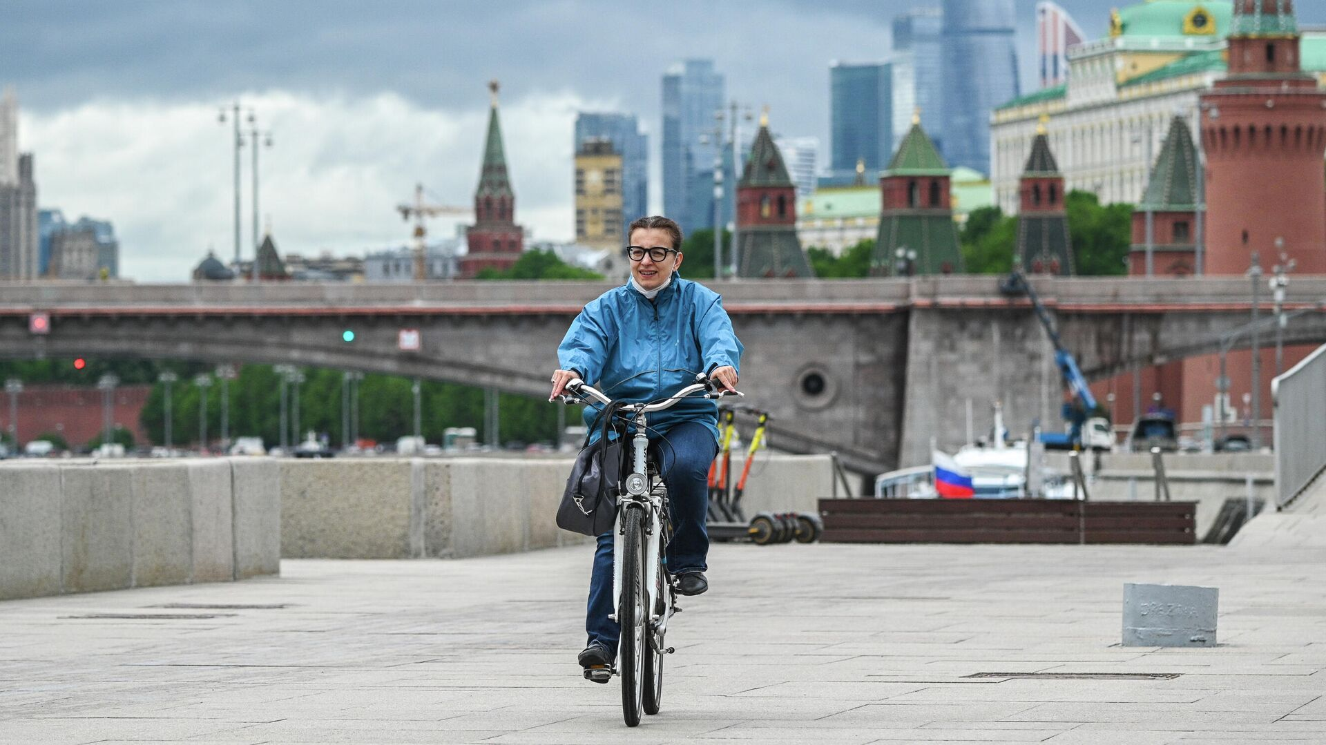 Девушка едет на велосипеде по Москворецкой набережной в Москве - РИА Новости, 1920, 09.06.2021