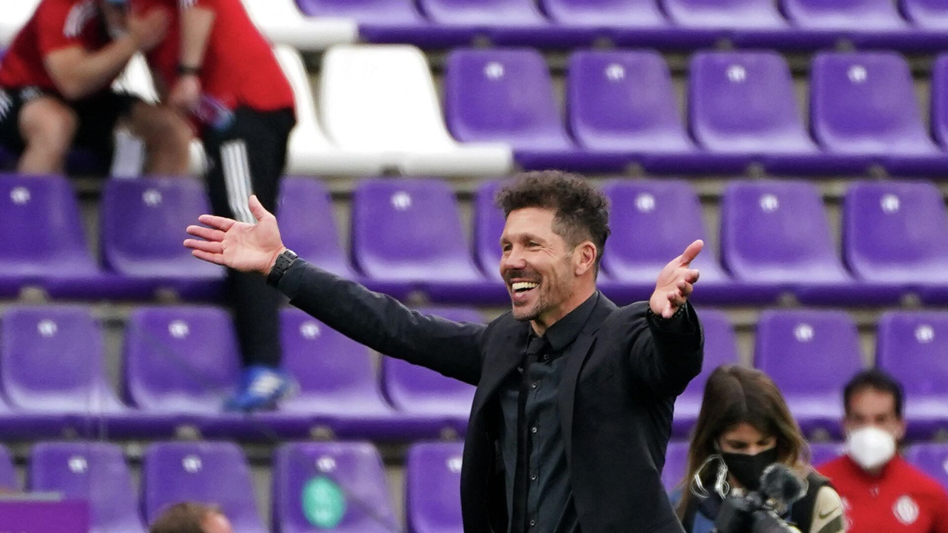 Atletico Madrid's Argentine coach Diego Simeone celebrates after winning the Spanish league football match against Real Valladolid FC and the Liga Championship title at the Jose Zorilla stadium in Valladolid on May 22, 2021. (Photo by CESAR MANSO / AFP) - РИА Новости, 1920, 23.05.2021