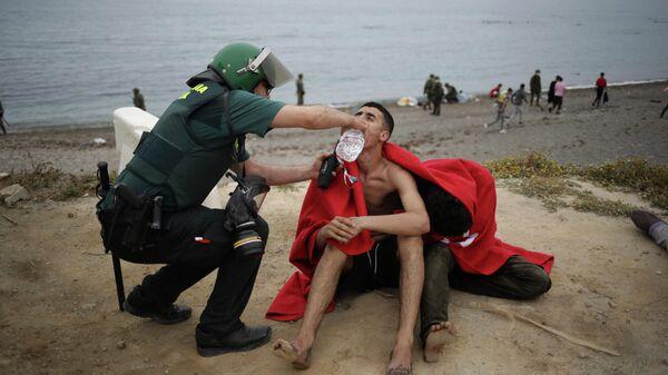 Нелегальные мигранты, прибывшие в испанский анклав на африканском побережье Сеута из Марокко