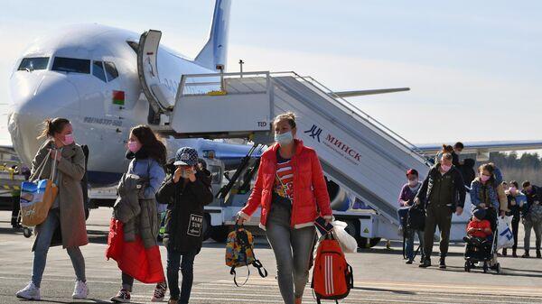Пассажиры выходят из самолета авиакомпании BelAvia