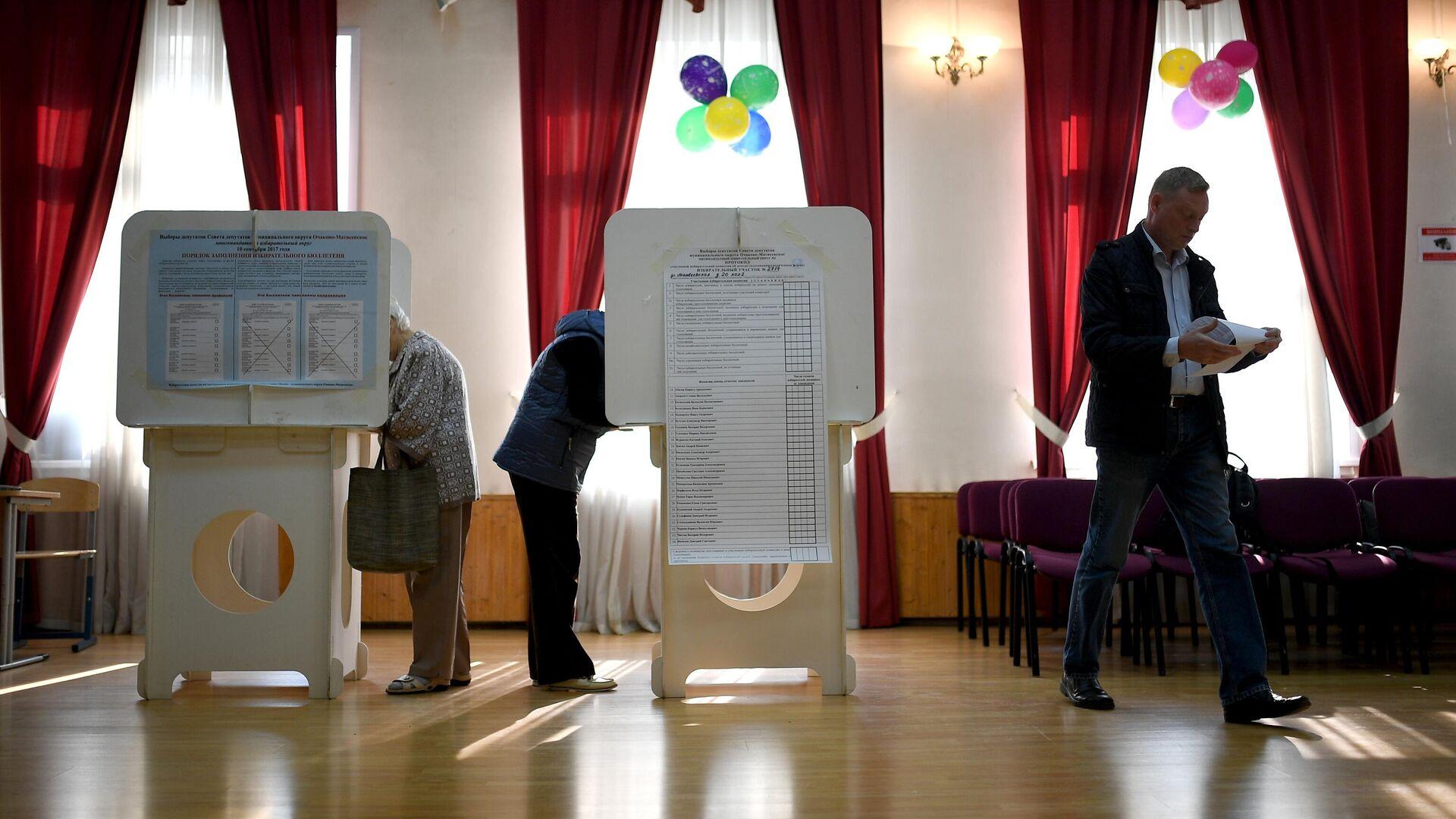 Избиратели в единый день голосования на избирательном участке в Москве - РИА Новости, 1920, 04.08.2021