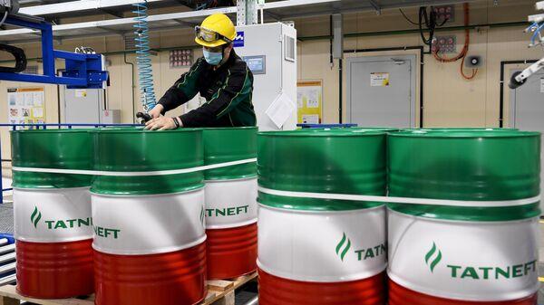 Сотрудник в цехе нефтеперерабатывающего предприятия Танеко в Республике Татарстан