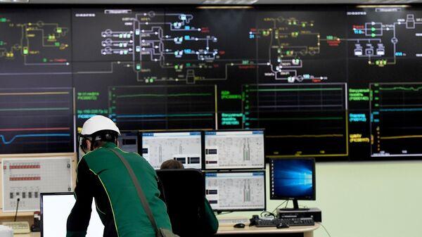 Диспетчеры в центральной операторной нефтеперерабатывающего предприятия