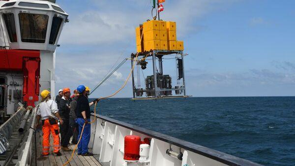 Спуск пробоотборника с борта немецкого исследовательского судна Sonne у берегов Чили