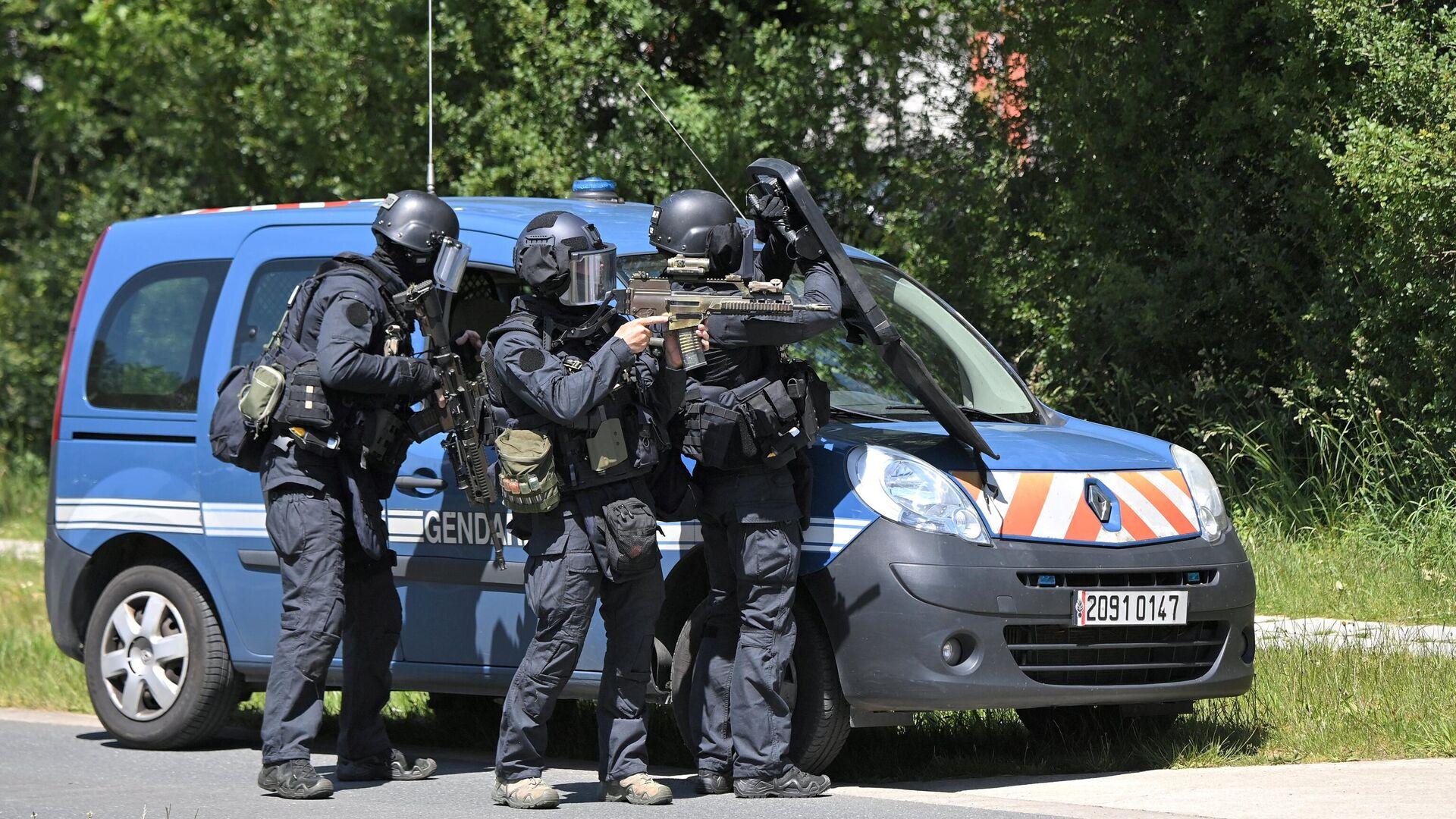 Сотрудники правоохранительных органов на месте нападения на полицейскую в городе Нант, Франция - РИА Новости, 1920, 28.05.2021