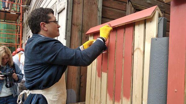 Губернатор Нижегородской области Глеб Никитин красит забор