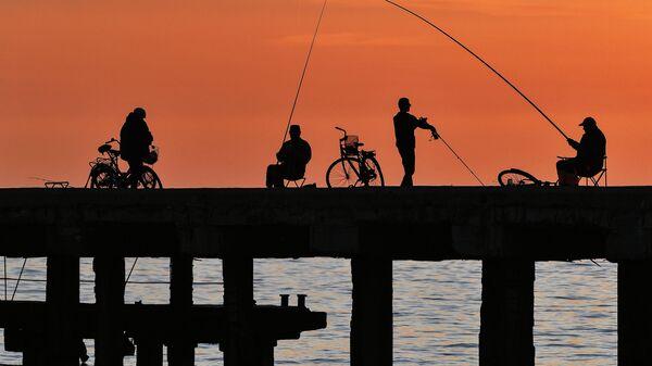 Рыбаки на набережной в Крыму