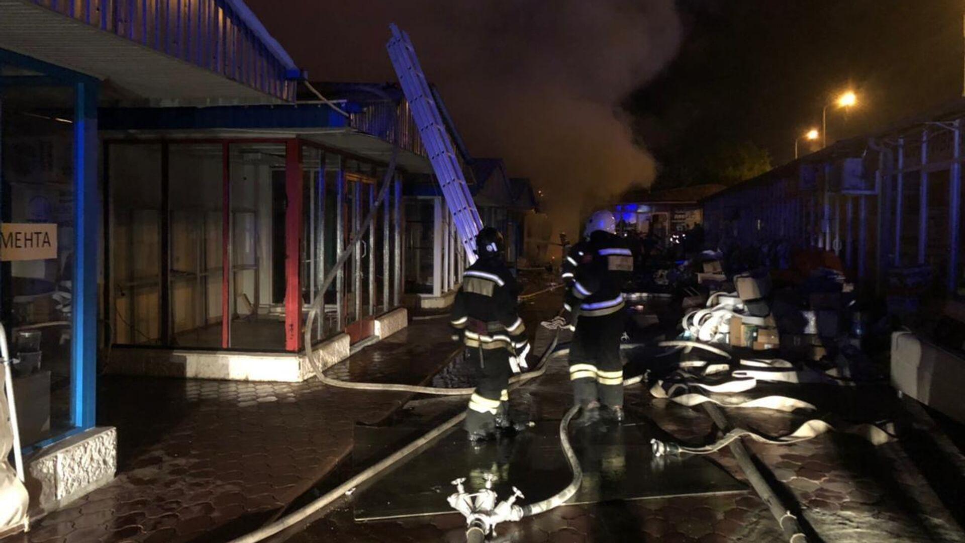 В Сочи загорелись торговые павильоны