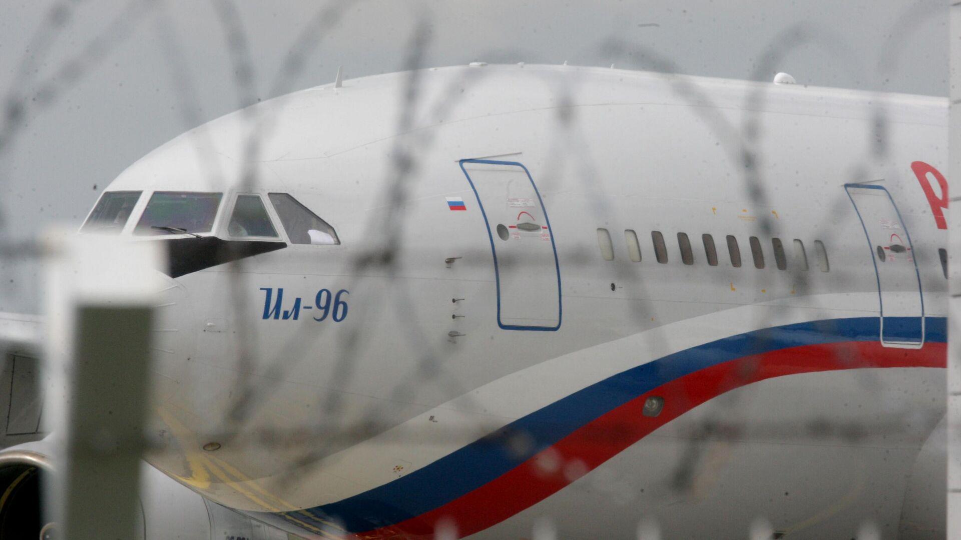 Самолет Ил-96 специального летного отряда Россия, прибывший за возвращающимися из Чехии в Россию дипломатами - РИА Новости, 1920, 26.07.2021