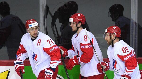 Игроки сборной России радуются заброшенной шайбе в матче группового этапа чемпионата мира по хоккею 2021 между сборными командами Швейцарии и России. Слева - автор гола Антон Бурдасов (Россия).