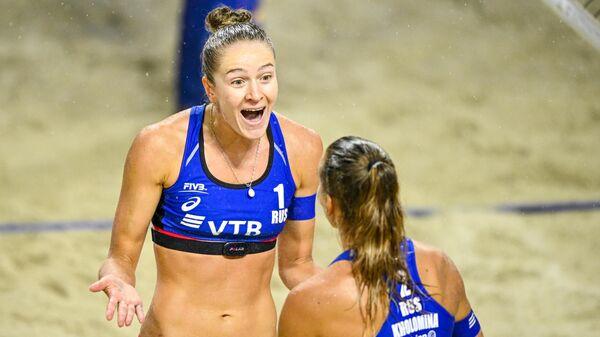 Надежда Макрогузова и Светлана Холомина (Россия) в матче за 3-е место против Тины Граудиной и Анастасии Кравчёнок (Латвия) на этапе Мирового тура FIVB по пляжному волейболу в Сочи.
