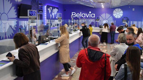 Очередь на возврат билетов в офисе белорусской авиакомпании Белавиа в Минске