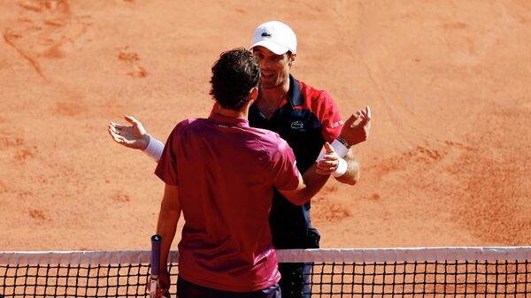 Tennis - French Open - Roland Garros, Paris, France - May 30, 2021 Spain's Pablo Andujar shakes hands with Austria's Dominic Thiem after winning his first round match REUTERS/Christian Hartmann