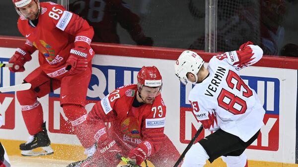 Слева направо: Андрей Антонов (Белоруссия), Дмитрий Знахаренко (Белоруссия) и Йоэль Вермин (Швейцария) в матче группового этапа чемпионата мира по хоккею 2021 между сборными командами Белоруссии и Швейцарии.