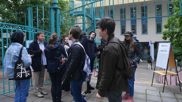 Ученики возле здания ГБОУ школы №2030 в Москве перед началом единого государственного экзамена