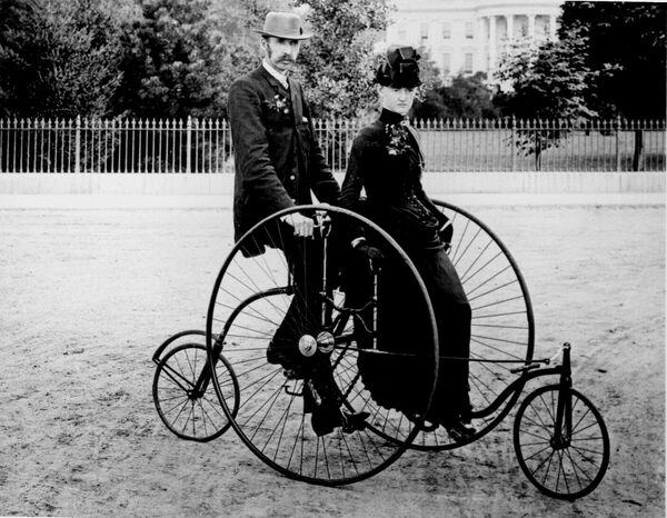Пара на четырехколесном велосипеде в Вашингтоне. 1886 год