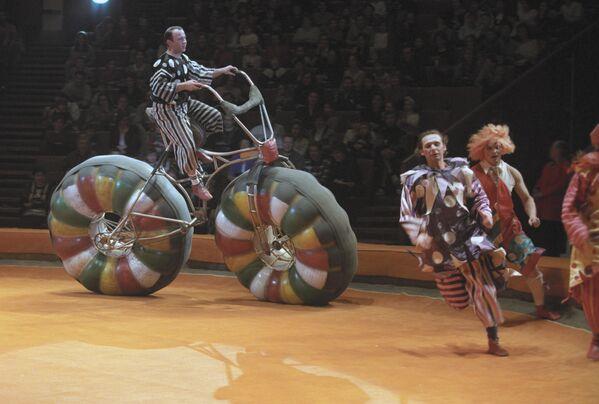 Акробат-каскадер на оригинальном велосипеде в цирке на проспекте Вернадского