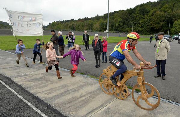Велосипедист из Бельгии Эдди Планкарт во время попытки побить мировой на деревянном велосипеде