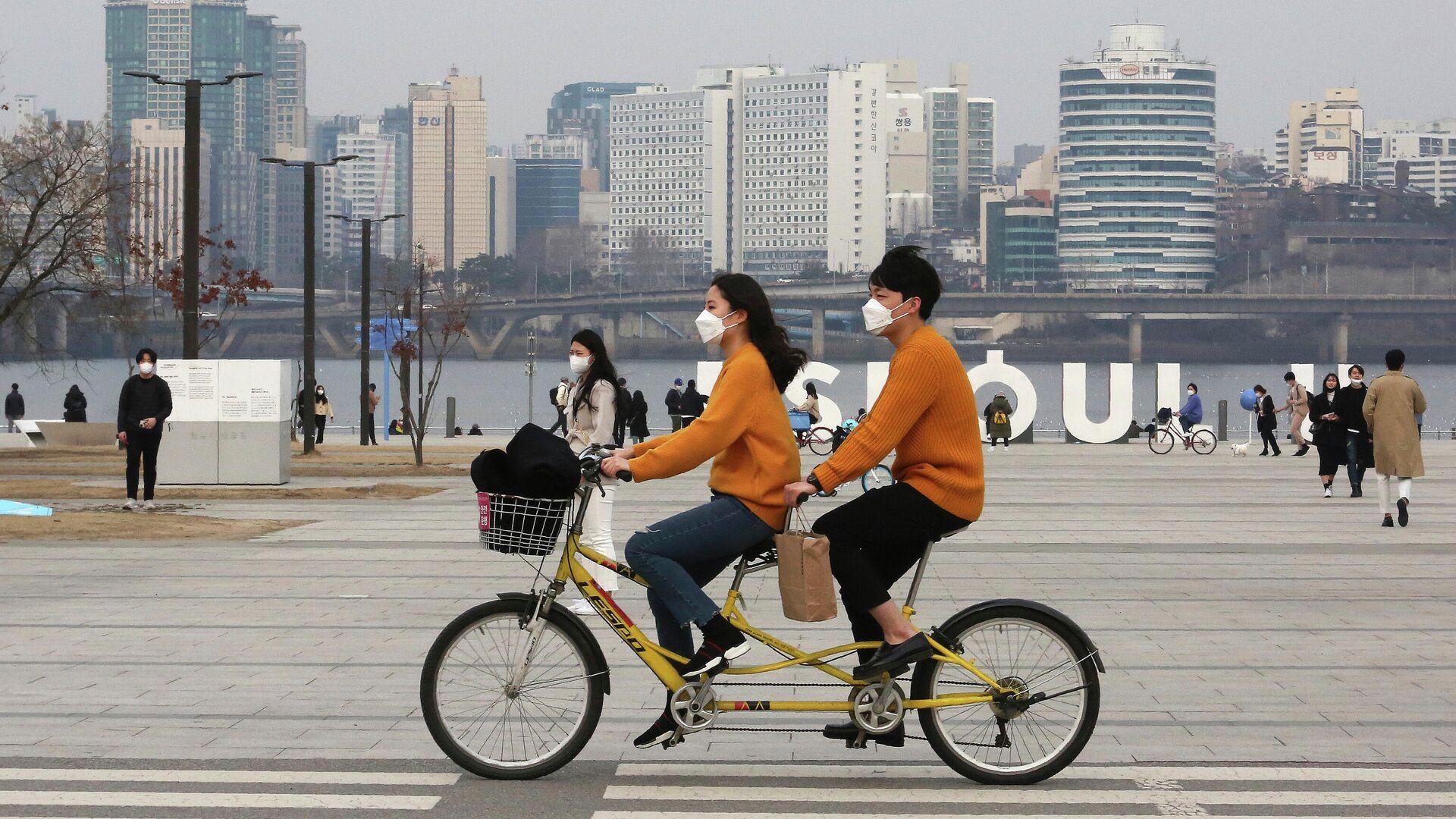 Пара катается на тандеме в парке в Сеуле, Южная Корея - РИА Новости, 1920, 10.06.2021