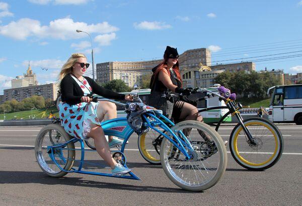 Участницы велокарнавала, приуроченного ко Всемирному дню без автомобиля, в Парке Победы в Москве