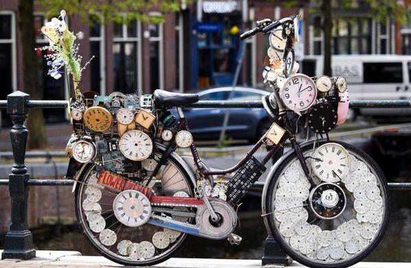 Велосипед на одной из улиц в Амстердаме