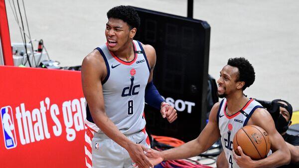 Баскетболисты Вашингтон Уизардс Руй Хатимура и Иш Смит (слева направо)