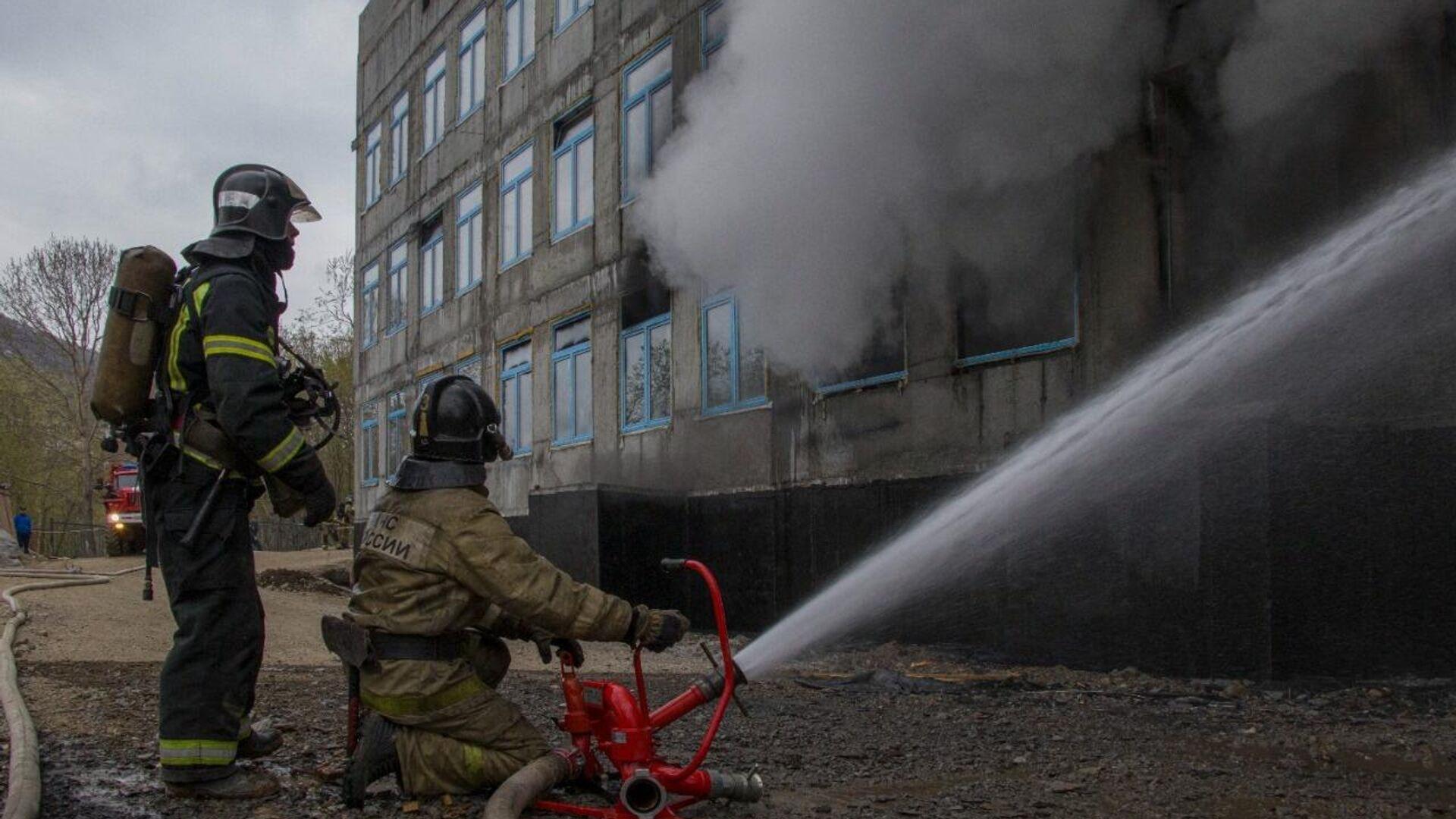 Тушение пожара в здании строящейся школы на Камчатке, 1 июня 2021 - РИА Новости, 1920, 01.06.2021
