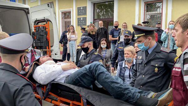 Участник оппозиционных протестов в Минске Степан Латыпов, обвиняемый в мошенничестве и организации действий по нарушению порядка, в зале столичного суда попытался покончить с собой
