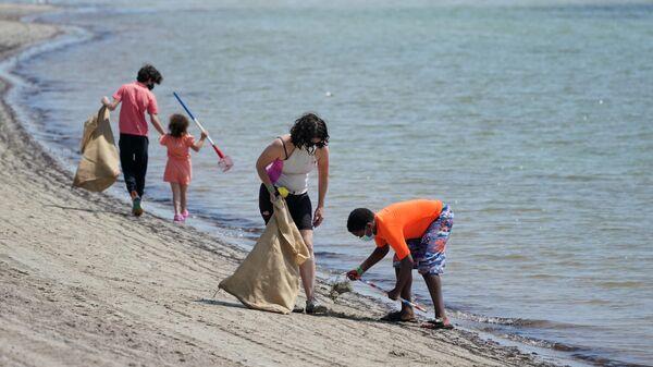 Волонтеры собирают мусор на пляже, Флорида