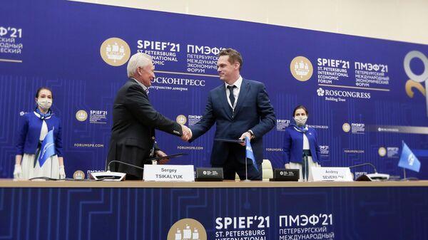 Председатель совета директоров ВСК Сергей Цикалюк и председатель совета директоров группы FESCO Андрей Северилов во время подписания соглашения