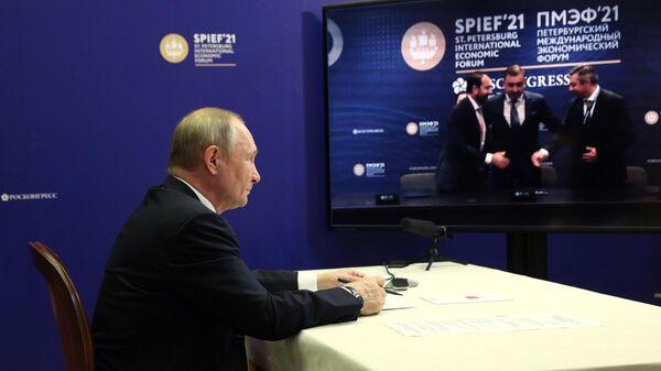 Президент РФ В. Путин принял участие в церемонии подписания на ПМЭФ соглашений по туристическим объектам в Крыму